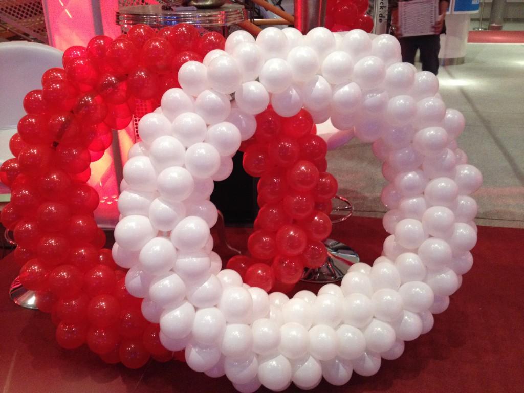 """Ballon-Skulptur """"Eheringe"""" rot/weiß, als Dekoration für die Hochzeitslocation"""