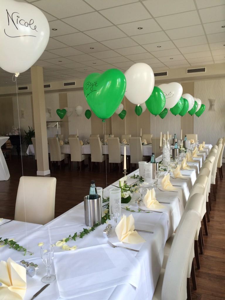 Latex-Herzballons grün & weiß mit Namen z.B. als Platzkarte zur Hochzeit, inkl. Herzgewicht und Helium je 7,50€, Staffelpreise ab 20 Stück auf Anfrage