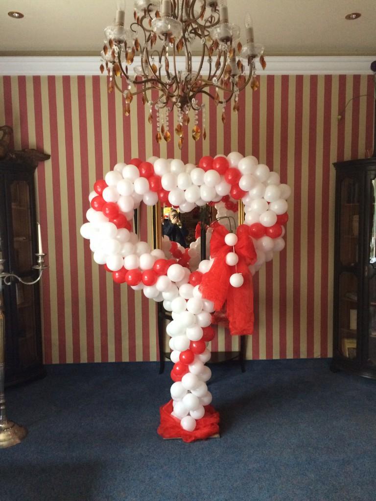 großes Ballon- Standherz rot/weiß Spirale gedreht, ab 130€, mit Leihfuß