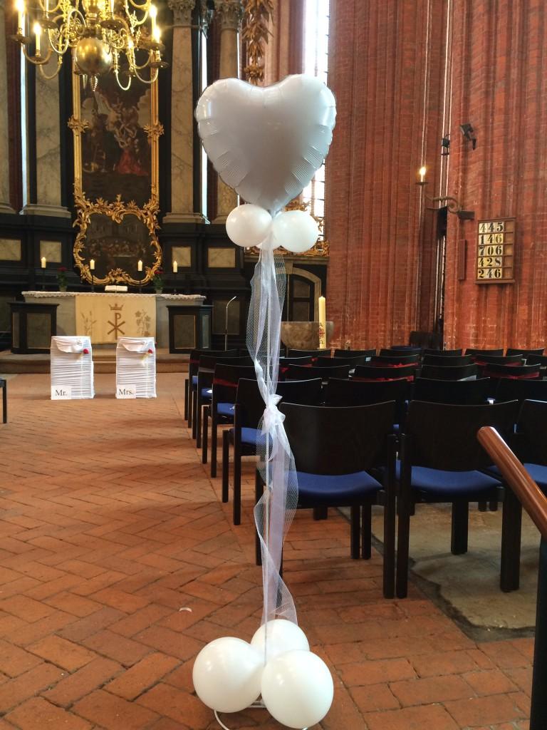 Kleine Standsäule, weiß für innen/außen mit Latexballons und Folienherz als Toping, mit Leihständer ab 19€